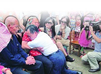 13日,北大校长周其凤回湖南浏阳老家为母亲庆祝90大寿,长跪在母亲膝前痛哭流涕。
